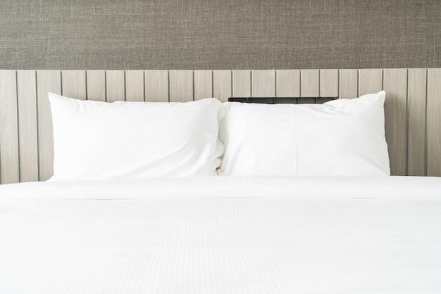 Wit kussen op beddecoratie in slaapkamer Gratis Foto