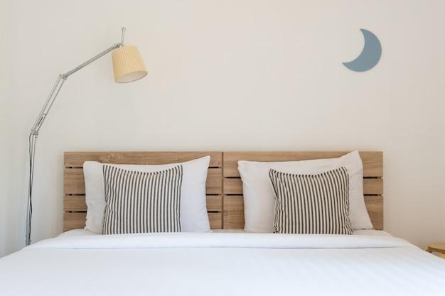 Wit leuk slaapkamerbinnenland met lamp en houten. Premium Foto