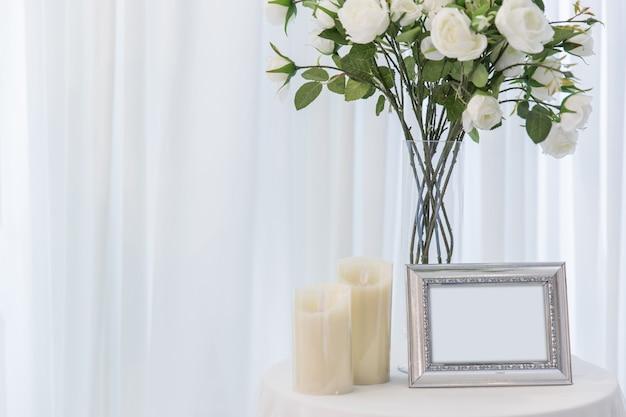 Wit nam met van het de fotolijst van het kaarshuwelijk mooie de decoratie van het de liefdehuis of huwelijksachtergrond toe Premium Foto