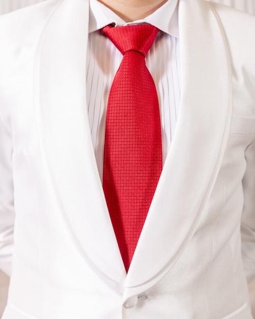 Wit pak en rode stropdas Premium Foto
