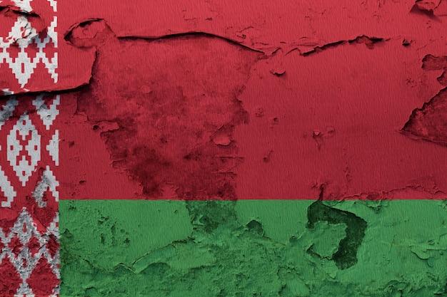 Wit-russische vlag geschilderd op de gebarsten betonnen muur Premium Foto