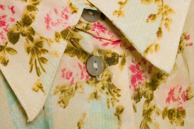 Wit shirt met bloemenpatroon Gratis Foto