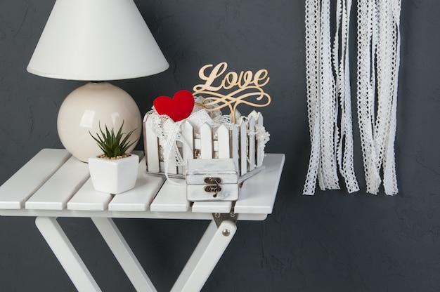 Wit slaapkamerdecor op donkergrijze backfround Premium Foto