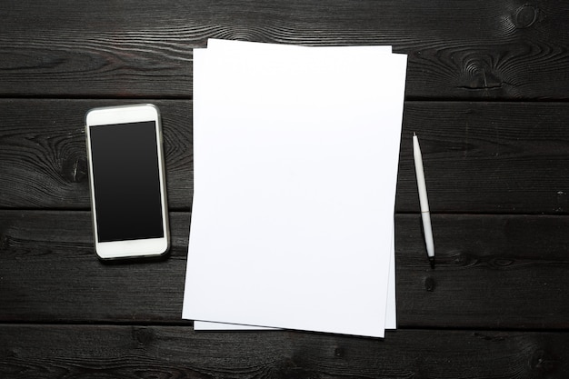 Wit visitekaartje op houten tafel. blanco portret a4. Premium Foto
