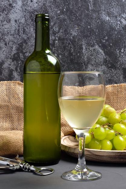Wit wijnglas met druiven in kelderatmosfeer Premium Foto