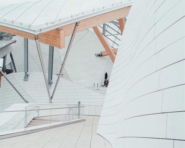 Wit zakencentrum met prachtige texturen en een uniek ontwerp met binnentrappen Gratis Foto