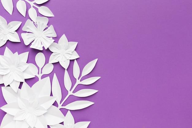Witboek bloemen op paarse achtergrond Gratis Foto