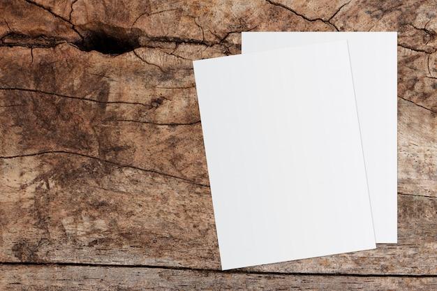 Witboek en ruimte voor tekst op oude houten achtergrond Premium Foto