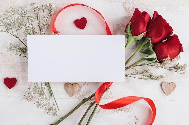 Witboek met bloemen en harten Gratis Foto
