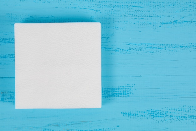Witboekservet op een blauwe achtergrond Premium Foto