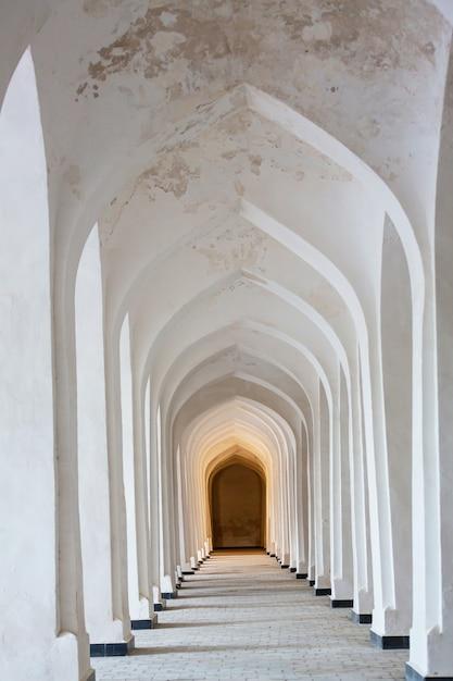 Witte arabische bogen in de kolon-moskee. bukhara. oezbekistan. centraal-azië. Premium Foto