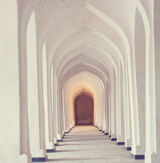 Witte arabische bogen in de kolon-moskee. bukhara. oezbekistan. oost-azië. Premium Foto
