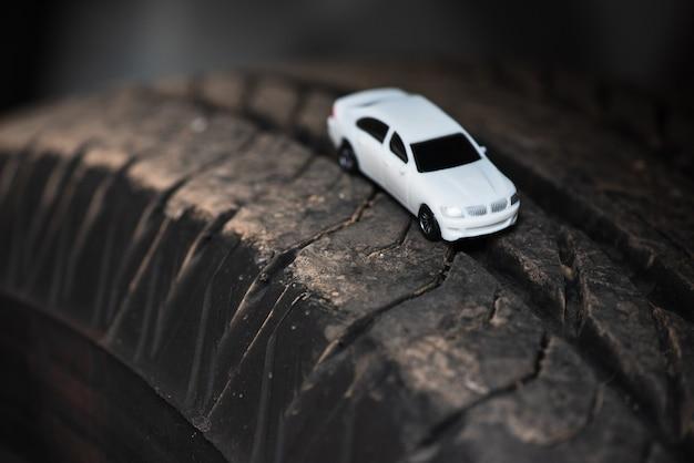 Witte auto op de autoband. Premium Foto