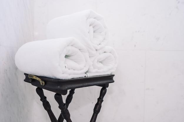 Witte badhanddoek op tafel Gratis Foto