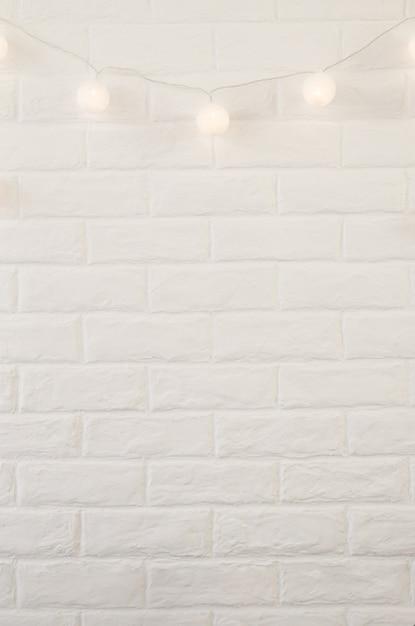 Witte bakstenen muur met kerstmis steekt achtergrond aan Premium Foto