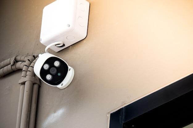 Witte bewakingscamera op muur, veiligheidsconcept stad. Premium Foto