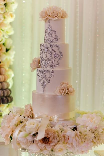 Witte bruidstaart met bloemen Premium Foto