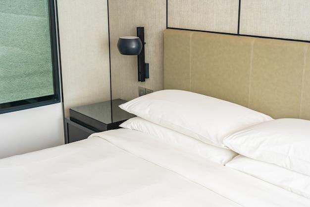 Witte comfortabele kussen decoratie interieur van slaapkamer Gratis Foto