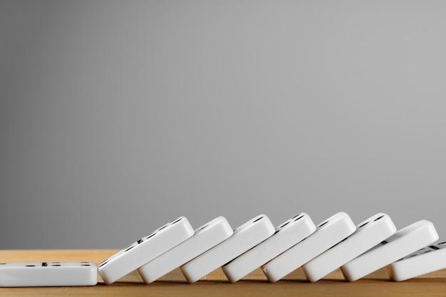 Witte dominostenen dobbelstenen op een houten tafel Premium Foto