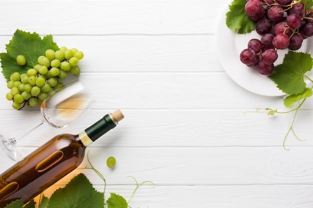 Witte droge wijn en rode druiven Gratis Foto