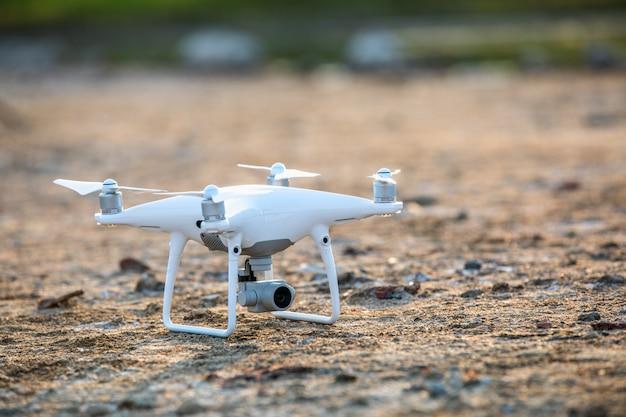 Witte drone op de grond Premium Foto