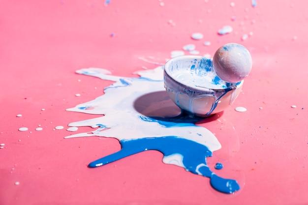 Witte en blauwe verfplons en kop abstracte achtergrond Gratis Foto