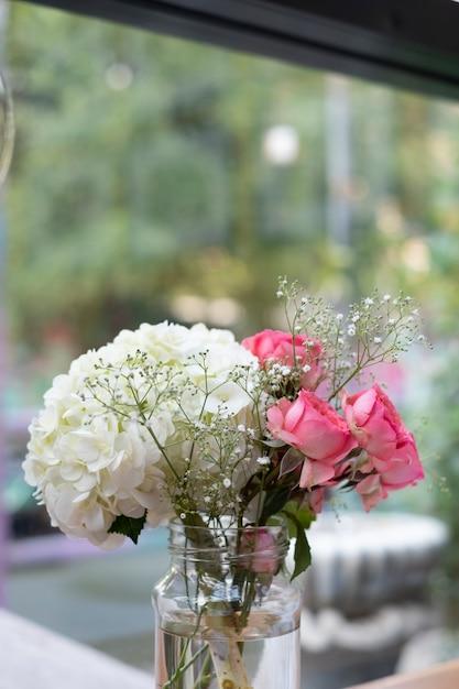 Witte en roze bloem Gratis Foto