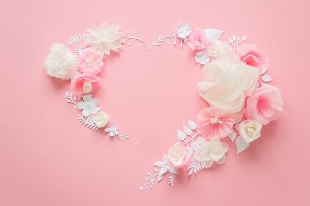Witte en roze papieren bloemen op roze Premium Foto