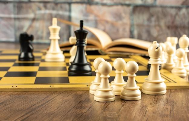 Witte en zwarte figuren op een schaakbord Gratis Foto