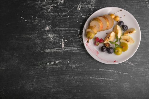Witte fruitschaal geïsoleerd op zwarte achtergrond Gratis Foto