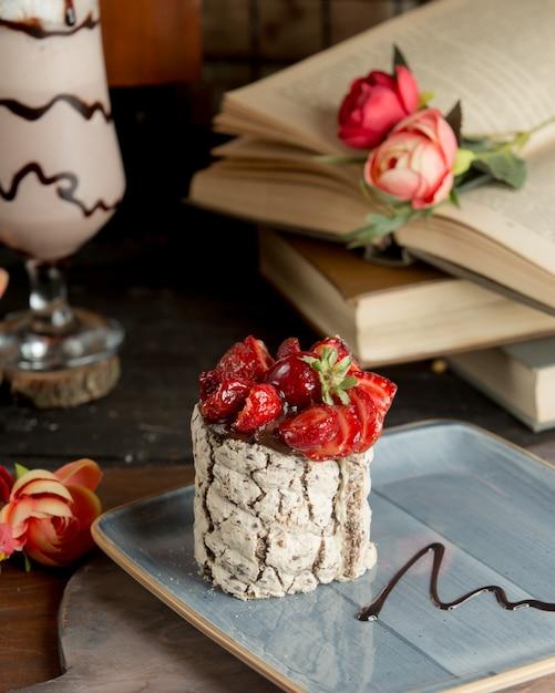 Witte geitenkaas met aardbeien en chocoladesiroop. Gratis Foto