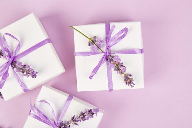 Witte geschenkdoos met violet lint en lavendel Premium Foto