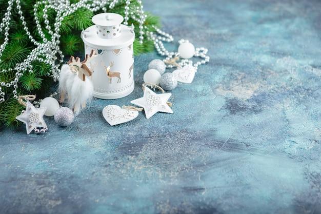 Witte glazen bollen en speelgoed, houten decoratie, staande lampverlichting, houten hert en zakwangen Premium Foto