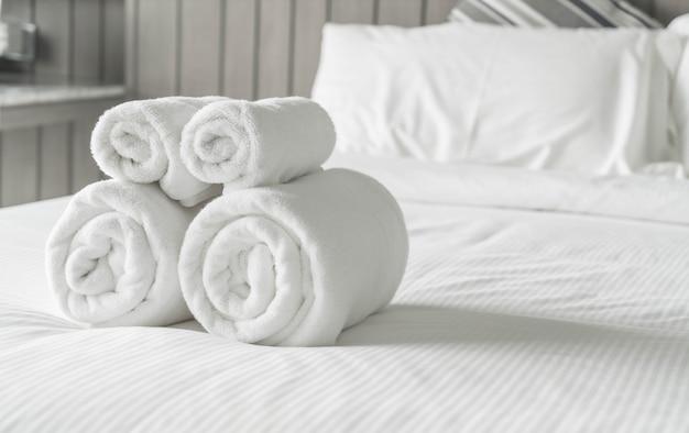 Witte handdoek op beddecoratie in slaapkamer interieur foto