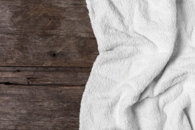 Witte handdoek op houten achtergrond Premium Foto