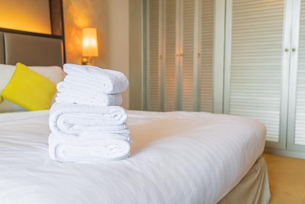 Witte handdoekvouw op bed Premium Foto