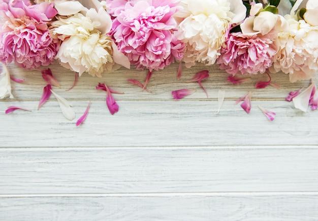 Witte houten tafel met pioenrozen Premium Foto