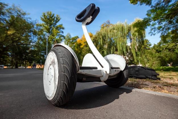 Witte hoverboard of zelfbalancerende scooter in het parkclose-up Premium Foto