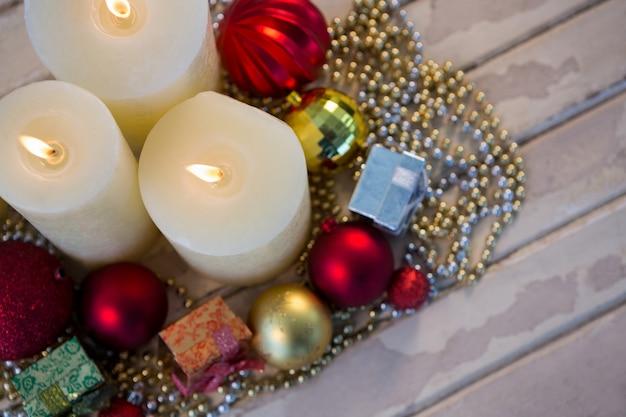 witte kaarsen verlicht met kerst decoratie gratis foto