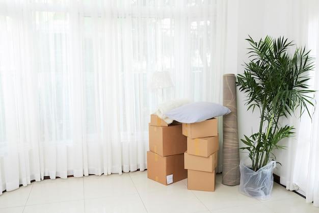 Witte kamer van nieuw huis met spullen Gratis Foto