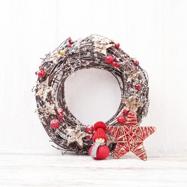 Witte kerst achtergrond. kerstkrans met decoratie. Premium Foto