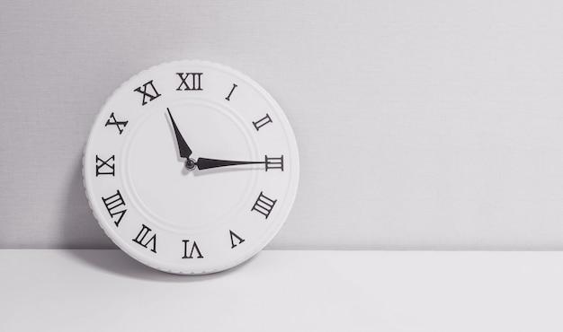 Witte klok in close-up voor decoratie, kwart over elf of 11:15 uur Premium Foto