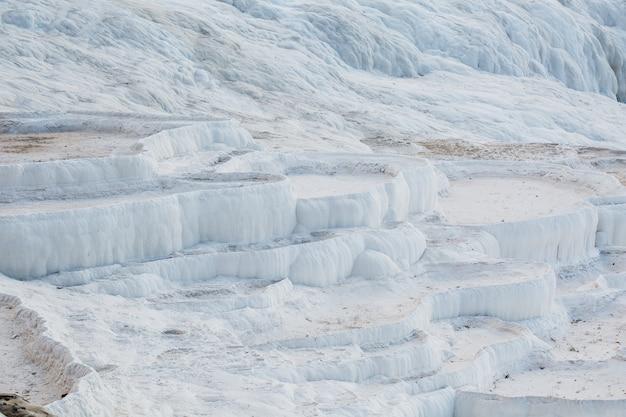 Witte kommen van gedroogde thermale bronnen van de stad pamukkale. Premium Foto
