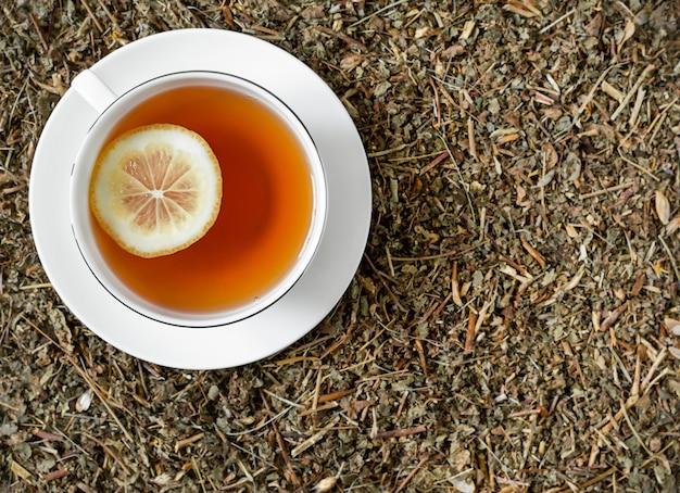 Witte kop thee met citroen op droge kruiden. Premium Foto