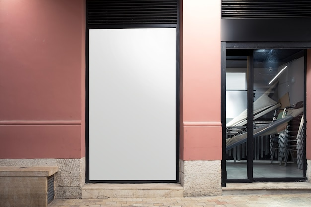 Witte lege billboard in de buurt van de ingang Gratis Foto