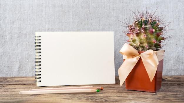 Witte lege blocnote, notitieboekje, houten kleurpotloden en cactus Premium Foto