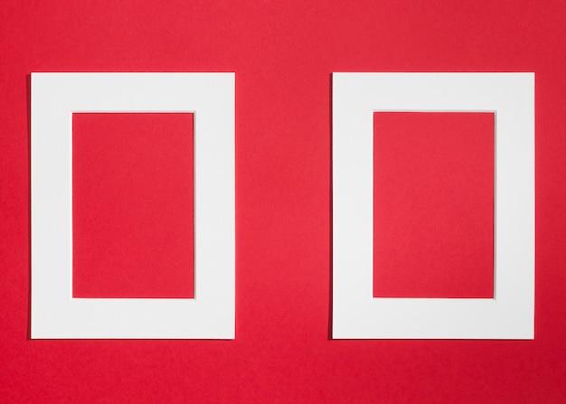 Witte lege frames op rode achtergrond Gratis Foto