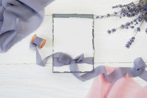 Witte lege kaart strik met roze en blauwe stof en lavendel bloemen Premium Foto