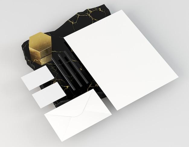 Witte lege papieren documenten op elegante marmeren rots Gratis Foto