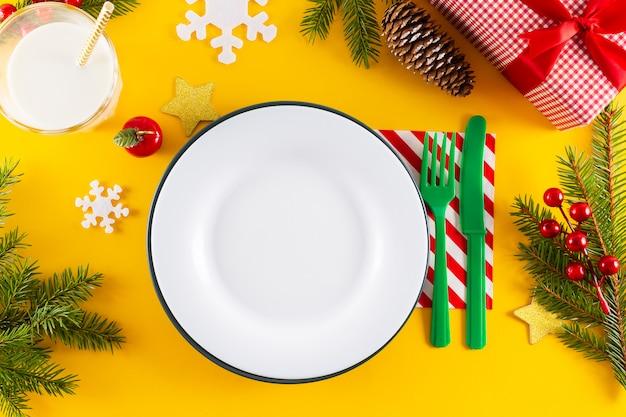 Witte lege plaat en kerst tabel instelling. Premium Foto